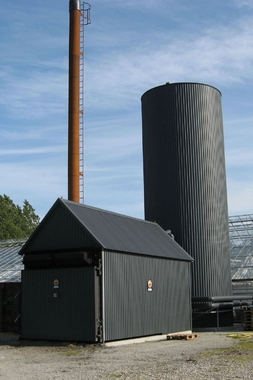 Hot water boiler for straw bales and wood (manual loading)